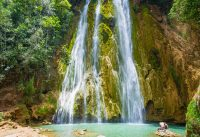 Todo el que visita el Salto del Limón, disfruta de la hermosa poza de agua natural.